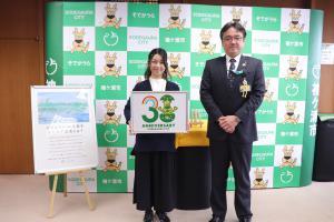 ロゴマークの採用作品発表及び記念品贈呈式の写真